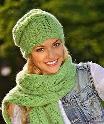 Связать такую шапочку можно как спицами для вязания